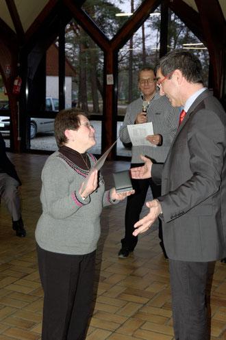 Remise de la médaille FFTA à Monique Godelu