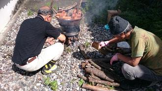 薪で炊くこと4時間