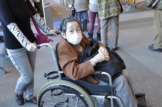 ▲病院内で移動介助を受ける利用会員 【2013年1月】