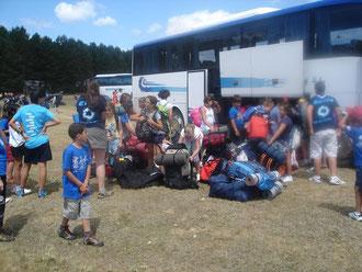 Autobús llegando a campamento