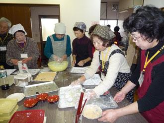 餅作りに忙しいスタッフ
