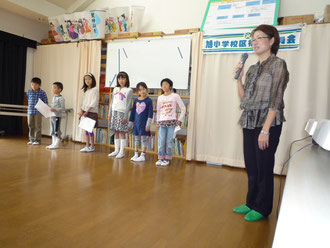 山手唱歌の会の子どもたちと歌唱指導の谷山さん