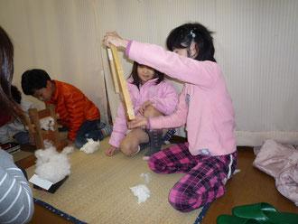 綿の種取り&綿打ちをする子どもたち