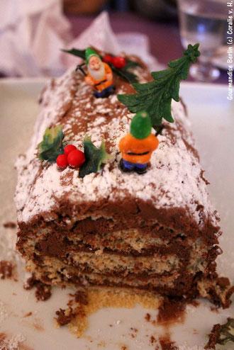 Biskuitrolle gefüllt mit Schokocrème, die traditionell an Weihnachten gegessen wird