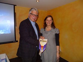1. Vice-Governor, Thomas Klein, überreicht Präsidentin des Lions Club Linth, Marion Ihde, den Fanion des Governors