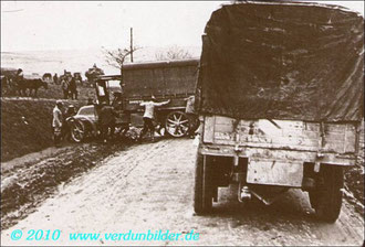 Postkarte defekter LKW wird von der Straße geschoben