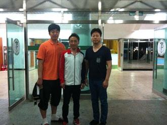 左:テコンドー部コーチ  中央:西村先生 右:イ・キョンベ監督(豊生高校テコンドー部監督)