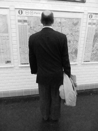 Mathieu Guillochon photographe, sur les lignes, métro, homme, vue de dos, plan du métro, noir et blanc
