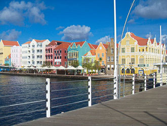 willhelmina-bridge-willemstad-handelskade-urlaub-curacao-villa-ferienhaus-pool-karibik