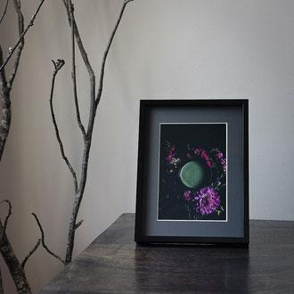 Kunstdruck einer gerahmten Fotografie zeigt eine Teeschale mit Matcha im Blumenarrangement mit Dalien