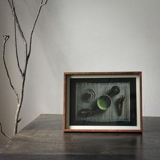 Kunstdruck einer gerahmten Fotografie zeigt ein Teezeremonie-Set mit einer Schale mit Matcha und ein Schwert