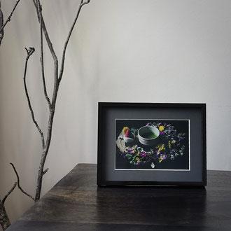 Kunstdruck einer gerahmten Fotografie zeigt eine Teeschale mit Matcha im Blumenarrangement und mit Ichigo-Daifuku