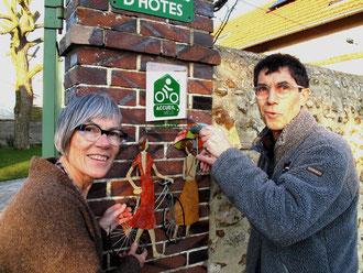 """Monique et Roger ont apposé la plaque officielle """"accueil vélo"""" de la Région Centre"""