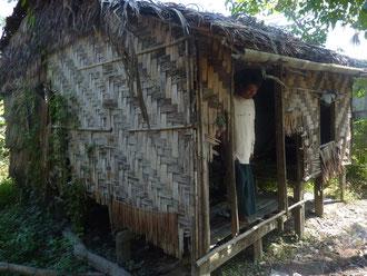 Hutte complètement délabrée où vivent une  mère et ses 2 enfants.