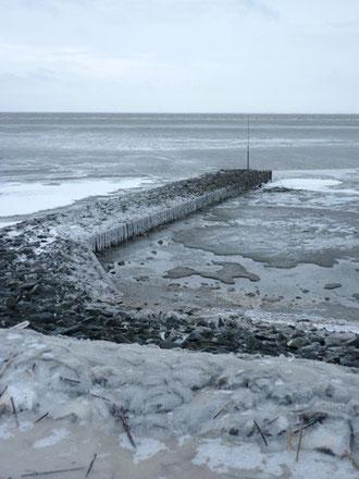 Mittlerweile haben sich dicke Eisschichten auf den Buhnen und der Promenade gebildet