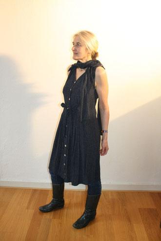 Oma's Kleid verliert Ärmel und Länge und gewinnt zum neuen Look den Schal  dazu, Idee und Ausführung Beate Gernhardt Foto Henriks Porciks, verkauft