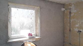 die Wand trocknet und das Loch für die Dunstabzugshaube ist drinnen