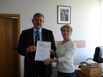 Tamara übergibt die Urkunde Juri Bulgarof 2. Bürgermeister am 25. Mai 2009