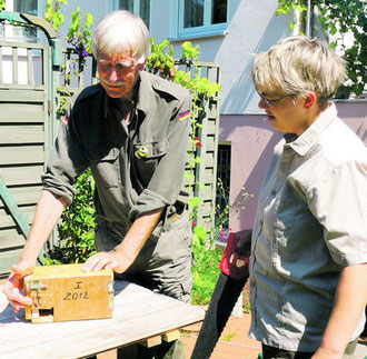 Arnulf Parow zeigt Autorin Kati Warmbier, wie die Nistkästen gebaut werden. Foto: privat