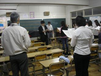 夜、学校の音楽室で練習
