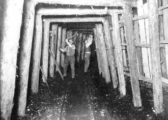 Im  Stollen - Bergleute bei Arbeiten an der Stollenauszimmerung