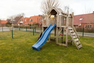 Spielturm mit Rutsche, Kletterturm und Schaukel
