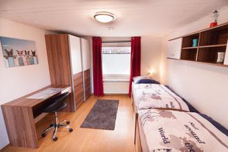 Zwei Einzelbetten, Kleiderschrank, Schreibtisch