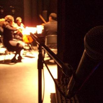 """Desde mi puesto de """"voz en off"""" en el escenario, escuchando el concierto de Ensamble Santiago Arte. 20.05.2012"""