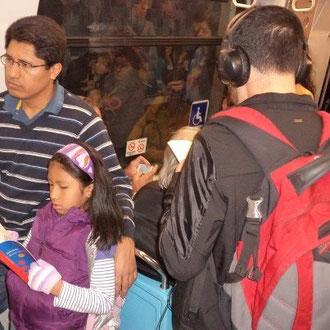 Foto tomada en el metro a media mañana del sábado. Ese joven y esa niña leyendo, inmersos en sus mundos alternativos, me hicieron sentir lo posible del que quiero, puedo y debo seguir fomentando la lectura, nada está perdido