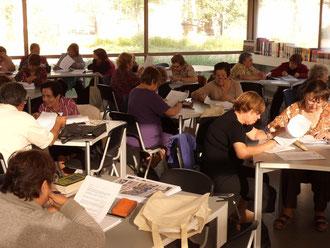 ...otra manera de festejar al libro es escribiendo. El Club de Lectura y Escritura en plena inspiración.