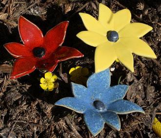 Bunte Blumen aus Keramik für den Garten