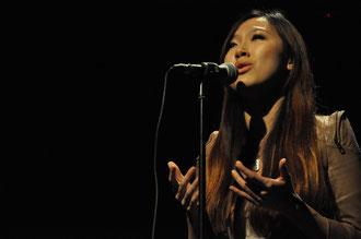 """Mlle Mimi Ip, 1er prix, interprète """"L'hymne à l'amour"""" d'Édith Piaf."""