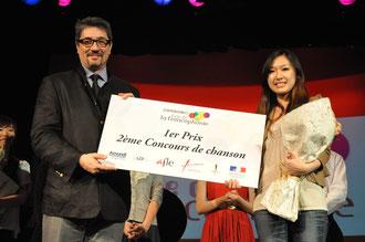 M. Bonnevialle, conseiller culturel au consulat général de France, remet le 1er prix du concours à Mlle Mimi Ip.