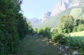 N°10/ Le Chemin du Haut des Anaques : fauché avec soin dans le cadre majestueux du Rocher de la Vierge