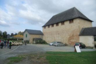 L'hospitalité de Lacommande ou Commanderie de l'Ordre du Temple de Jérusalem a été fondée en 1128 : c'est une étape importante depuis le Moyen-Âge pour les Pèlerins de Compostelle qui devaient affronter brigands et loups dans le Bois du Laring.