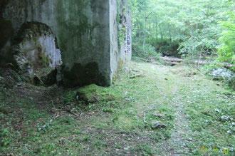 N°21/ Les vestiges des Bains de Chechit accessibles par un chemin rive droite du Gabarret, fauchage soigné de l'ONF
