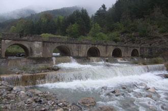 Le puente Reclusa enjambe les eaux tumultueuses