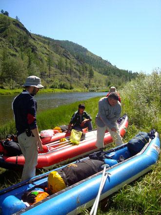 Préparatifs de descente rafting canoë