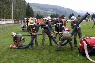 Die Löschgruppe beim Herstellen der Saugleitung.