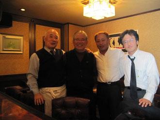 大畑氏のご友人のお店で記念撮影(左から)中村氏、大畑氏、高崎理事長、丸茂会員