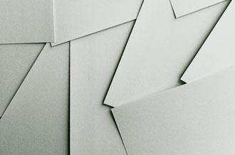 Foto: gestapelte Papierblätter