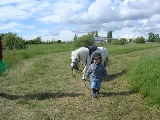 Complice à pied avec le cheval, le cavalier aborde l'équitation détendu...