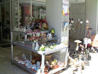 可愛い雑貨屋さんでもブタを売ってます。