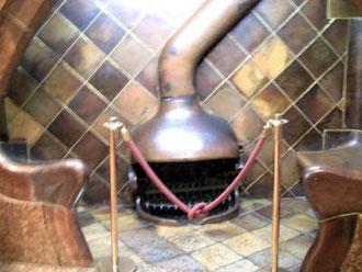 こちらも魚?ぽい、変わった形の暖炉。換気システムや、温かさを逃がさないシステムなんかも素晴らしいんだそう。