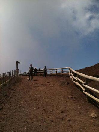 山の上は風が強く涼しいので、上着が必要でした。