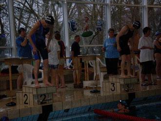 Marlies Fieguth 2 u.Elfriede Kowalewski 3 beim Start 100m Lagen