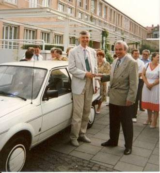 1991: Der 1. Bürgermeister von Garching Helmut Karl (re.) übergibt dem Bürgermeister der Stadt Radeberg, Dr. Frank Petzold, den Zündschlüssel für den der Stadt Radeberg geschenkten VW Polo