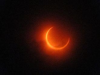 金環直前、雲の隙間から太陽が顔を出した
