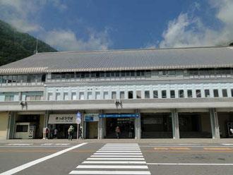 扇沢駅。 近くの有料駐車場は¥1000/日也