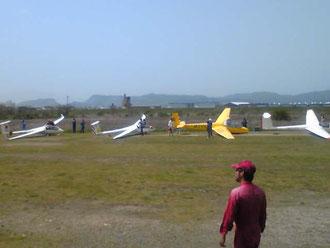 グライダー① 飛び立つ瞬間を待ちわびています。近くで見ると翼の大きさに驚きます。